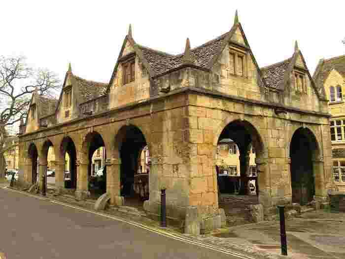 1627年に建てられたマーケット・ホールは、かつて乳製品の取引所として建てられた建造物です。創建時から400年の時を経てた今もなお、マーケット・ホールは昔と変わらない姿で村を見守り続けています。