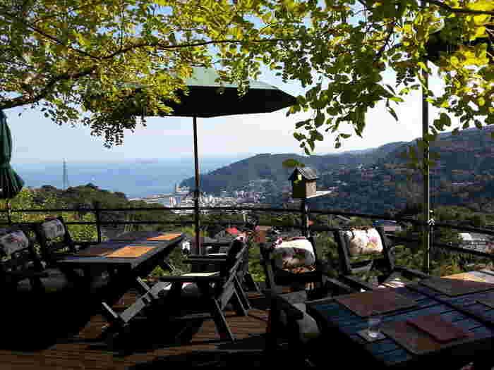 熱海の別荘地にある「風の家」は、金・土・日曜日のみの限定営業のカフェ。山の上の隠れ家のようなテラスからは、遠くに初島も見えます。