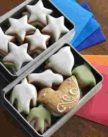 夜空缶には星型の、鳥のかたちクッキーには鳥型のレモン風味の砂糖がけクッキーが詰まっています。 それぞれ夜空と夕焼けを演出している、折り紙の素敵なおまけ付き。