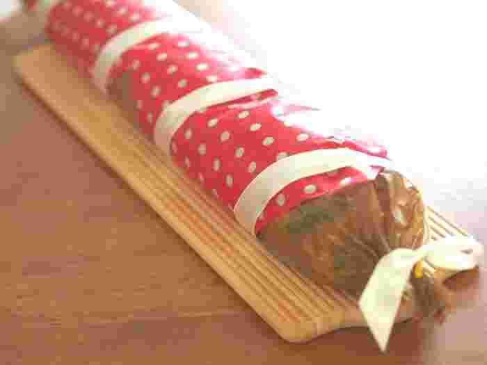 ワックスペーパーは、小さいものではなく、大きなもののラッピングにも。細長いパンなどにも使えますし、なにより油や水に強いので安心です。  家カフェにおよばれした時にも、手みやげに気軽にお料理やお菓子を包んで持ってくことができるので、覚えておくととっても使えるアイディアです。