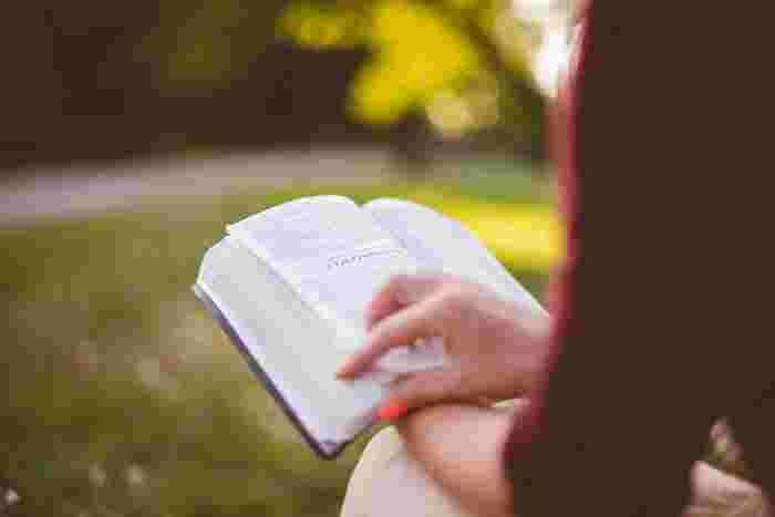 晴れた日に、風に吹かれる草の音や香りを感じながら読書をしてみてください。