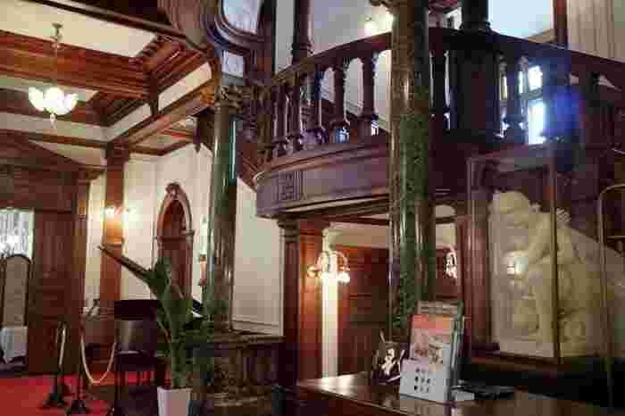 クラシカルな佇まいの洋館は、中に入っても期待を裏切りませんね。ロココ調のような優美な装飾に、うっとり。時代をタイムスリップしてしまったような、そんな気持ちにさせられます。