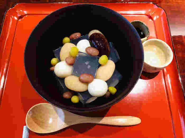 四季の素材を活かした甘味は、「懐石料理の最後に出されるような作りたてのお菓子を」というコンセプトで作られています。看板メニューの「福蜜豆」は、紫花豆・白花豆・紅絞り豆・青えんどう豆が彩りよく盛り付けられています。 八坂神社のご神水で淹れられたお茶もぜひ一緒にどうぞ。