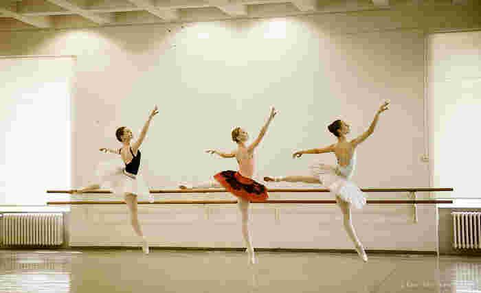 大人になった今だからこそ通うバレエ教室。これまたハードルが高そうですが、教室によっては初心者から始められるところもあったりするので安心です。 姿勢を美しく整え、体幹も鍛えられるので健康とスタイルキープにも効果絶大です。