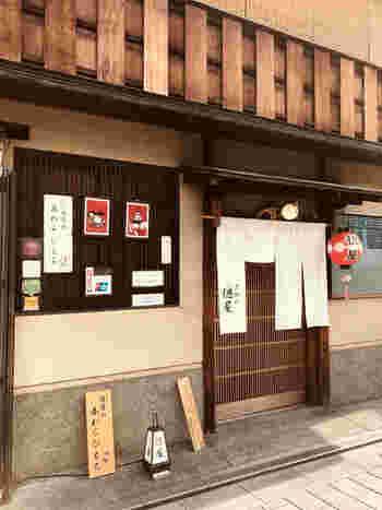 ぎおん徳屋は、格式高い料亭やお茶屋さんなどが軒を連ね、華やかな着物姿の舞子さん、芸妓さんが行き交う花見小路通り沿いにある甘味処です。
