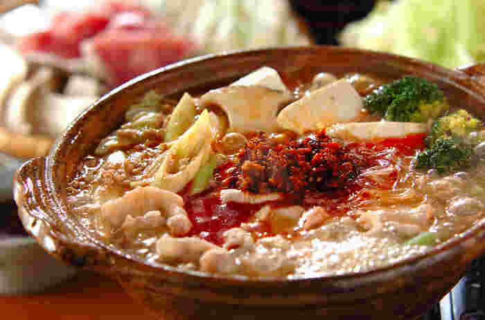 市販の坦々味の鍋スープを使うと、手の込んだお鍋も簡単。食べるラー油をたっぷり加えたピリ辛鍋は、スープの旨みがしみ込んだ春雨が絶品です。