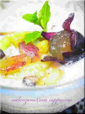 揚げた茄子と葡萄を、ポルチーニ茸が香るカプチーノ仕立ての泡にからめた、オシャレで素敵なレシピです。
