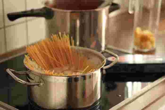 水まわりに対して、火元に近いコンロまわりでは調理がメインになりますね。お鍋やフライパンなど道具類の他に、油や調味料などもすぐに取り出したいところ。その他、お玉やフライ返しなども、サッと手をのばせるところに置きたいですね。