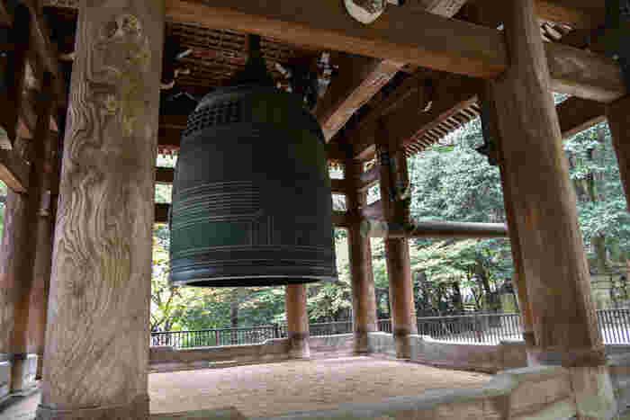 """「大鐘楼」に吊り下がるのは、奈良の東大寺、京都の方広寺に並ぶ""""大鐘""""。高さ3.3m、直径2.8m、重量約70トンにも及びます。"""