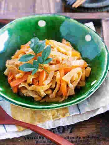 大根の煮物は時間がかかりますが、少し太めの千切りなら、水を使わない調味料のみの蒸し煮で味しみしみ。小分け冷凍もできますので、忙しいときの副菜やお弁当にもおすすめ。