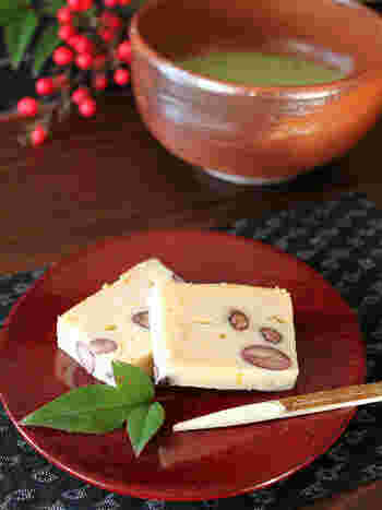 黒豆煮とゆずがよく合う、ちょっぴり和テイストのチーズケーキ。黒豆煮は、市販のものを使えば簡単ですね。断面もきれいで、おもてなしにもなりそうです。