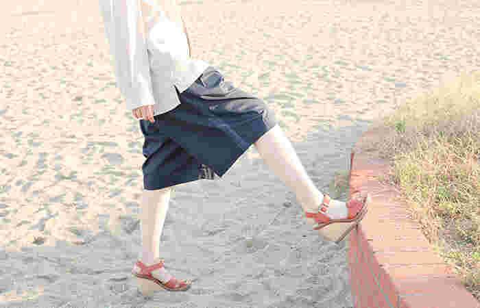 大人になると、ショート丈パンツやハーフパンツなどの脚を出すアイテムに苦手意識を持ってしまう方は多いはず。そこで今回は、子どもっぽいイメージから簡単に脱却できる、大人女子のためのショーパン・ハーパン着こなし術をご紹介します。
