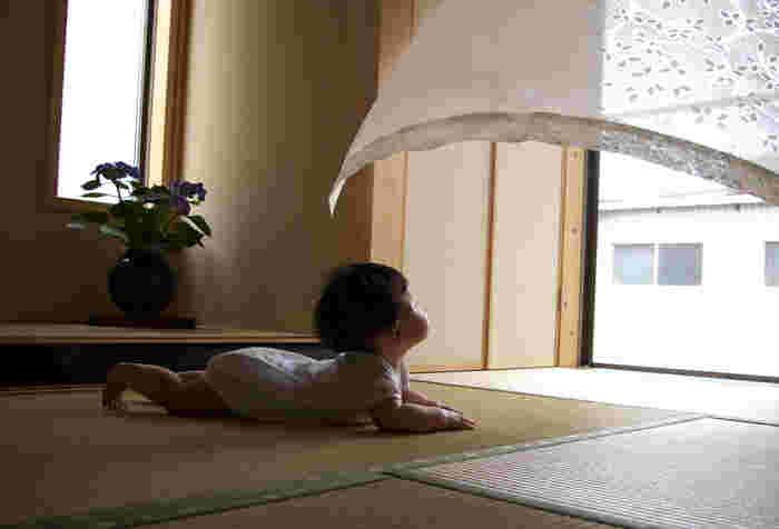 カーテンが風になびいた瞬間、そしてお子さんの視線が素晴らしいタイミングの一枚ですね*