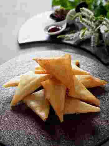 カレー味のツナが入った三角形の春巻きは、まるでサモサのよう!大人も子どもも大好きなカレー味の春巻きです。