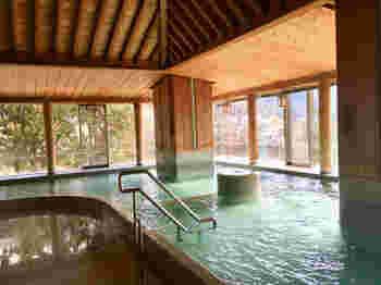 水明館の【温泉】は・・・「宿泊」「日帰り入浴」両方対応しています。ランチも満喫できる日帰りプランもあります。  ちなみに山水閣、飛泉閣、臨川閣のそれぞれに大浴場があり、いずれかに宿泊していれば、ほかの館の大浴場も利用可能。  そして、飛泉閣9階の「展望大浴場」は24時間入れます◎