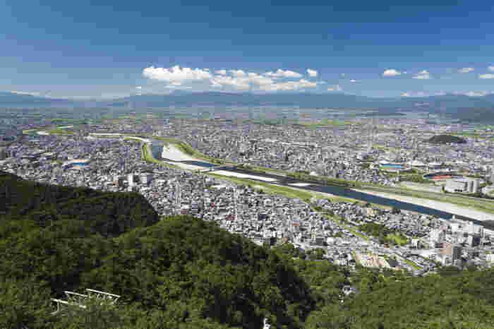 展望台から広がる絶景。岐阜を流れる長良川の美しい光景や緑あふれる金華山、市内のその向こうに連なる山々の眺望など、いつまでも眺めていたくなります。他にもこの後紹介しますが、子供も大人も楽しめるリス村、岐阜城などあり、岐阜公園と合わせて一日満喫できそう。