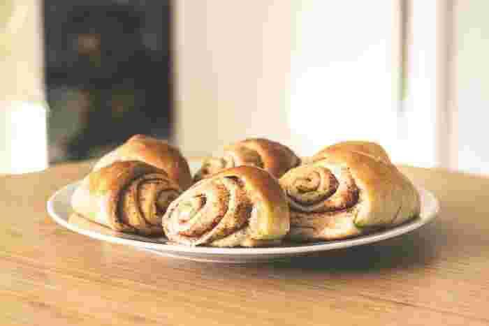 ホームベーカリーにはタイマー機能が付いている製品も多いので、寝る前に準備しておけば、朝食に焼きたてのパンを食べることができます。焼きたてパンの香りで目覚めるなんて、ステキですよね!
