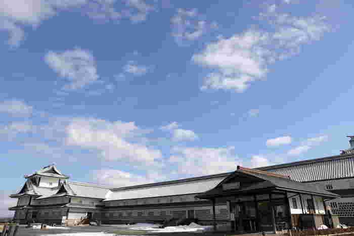 橋爪門続櫓と菱櫓との間にある五十間長屋は、かつて武器、什器が保管されていた倉庫としての役割を担っていました。五十間長屋へは入場することもでき、太い松の梁、天井を支える木組などを見ることができます。