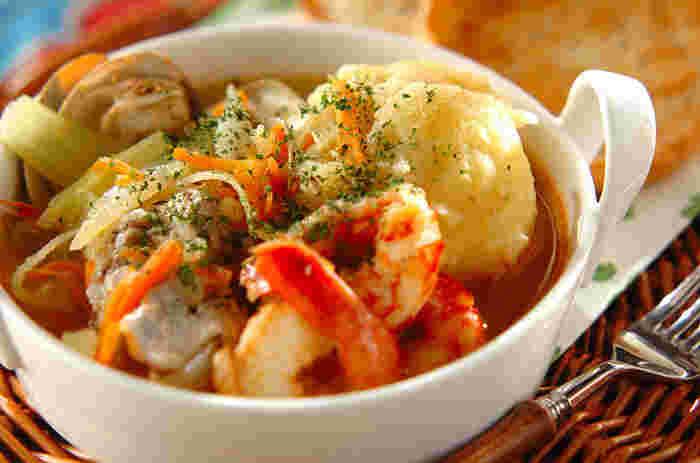 鯛やエビ、ハマグリがごろごろ入った魚介のスープ。たくさんの魚介の旨味がスープに溶け込んでいて、最後の一滴までおいしくいただけます。魚介に負けないくらい野菜もたっぷりなので栄養もばっちり。