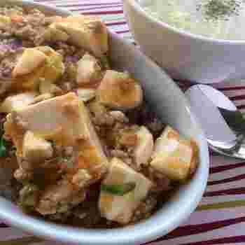 麻婆豆腐のレシピを探すと、材料欄に甜麺醤に粉山椒など家に常備していない調味料がたくさん並んでいて、つい諦めてしまうことも。 でも、こちらのレシピはなんと調味料はオイスターソースとケチャップだけ!これなら気軽にいつでも作れますね。辛くないので辛いのが苦手な人にも◎。