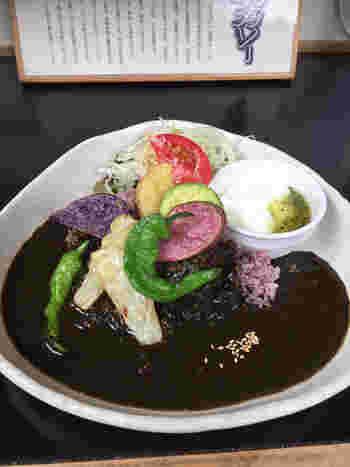 人気の「黒米黒カレー」は、奈良のご当地グルメ。プチプチとした食感の黒米に、牛肉と玉ねぎをじっくり炒め、果物や数十種類の香辛料と一緒にコトコトと煮込んでいます。まったりとした中辛のみつきになる味です。