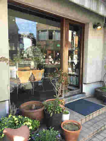 JR石川町から元町商店街を通って徒歩10分ほどのところにある「日本茶専門店 茶倉(サクラ)」は、人通りの多い通りから1本奥に入っているので、とても静か。