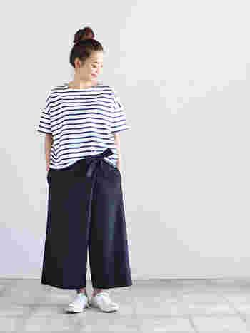 ラップデザインのガウチョパンツは、スカートのようにも見えきれいめにも、マニッシュにも着こなせます。カットソーやスニーカーと合わせたシンプルな着こなしに、ラップデザインとリボンが素敵なアクセントになりますよ。