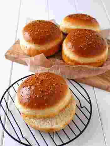 こちらは、ホットケーキミックスを使った、捏ね発酵なしの簡単なバンズ。ベンチタイム・焼き時間を除けば、約5分の作業でOK。