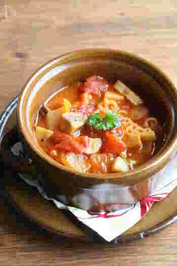 『きのこのミネストローネ』  エリンギとマッシュルームをたっぷり入れたトマト味のスープです。コロコロサイズにカットしたきのこは、歯ざわりが良く食べごたえも満点◎新玉ねぎやアスパラなど、旬の春野菜をたっぷり入れて今ならではの味わいを楽しんでみては?