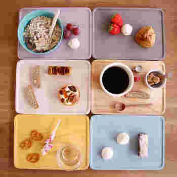 スイーツができ上がったら、最後に小物でカフェ気分をアップ♪ 木目をいかした優しいペールトーンがかわいいウッドプレート。木製のトレーは、コーヒーとスイーツをそのまま盛ってもおしゃれに見えるのでおすすめです♪