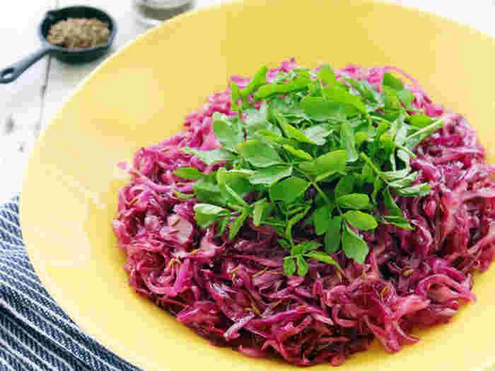 クミンパウダーではなく「クミンシード」を使うレシピです。鮮やかな見た目で、香りもパンチがあり、常備菜としてもぴったり。肉料理に添えるのもいいですね!