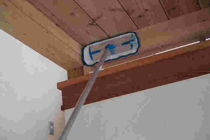 冬に部屋干ししたり加湿器をつけたりしていたなら、その湿気が原因でホコリが天井に付着してしまう場合も。春の大掃除で天井も拭いておきましょう。フローリングワイパーにマイクロファイバー雑巾をつけて拭いていくのがおすすめです。ホコリが舞い落ちてくることもあるので、下のモノは移動させておきましょう。