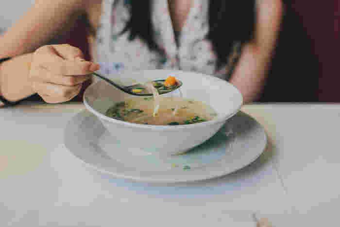 夏場はメイン+サラダでOKだった食卓も、寒くなってくると温かい汁物を+したくなりますよね。今回はささっと作れて美味しいスープレシピを集めてみました。手早く汁物を+したい時は是非♡