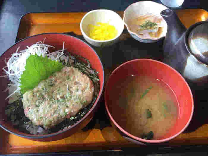 初島で一番人気の食堂が木村屋さん。 お刺身定食も良いですがやっぱりなめろう丼が最高だそうで。 青唐辛子のアクセントと出汁をかけてお茶漬け風にもできる「一度で二度楽しめるスタイル」が人気の秘密。