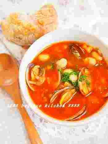 アサリときのこの旨みを閉じ込めた、具だくさんスープ。一皿で、お腹いっぱいになれる栄養満点のヘルシースープです。もちろん朝ごはんにも◎。