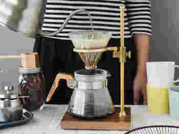 いかがでしたか。  並べてみるだけで、素敵なおうちのインテリアにもなるコーヒー器具たち。使うたびに愛着もわいて毎日のコーヒータイムが楽しくなりそうです。  「コーヒーを家でゆっくり楽しみたい!」っていう方や、「淹れ方の基本が知りたい」っていう方はぜひ参考にしてみてくださいね!お気に入りの道具を見つけて、美味しいコーヒーをいただきましょう♡
