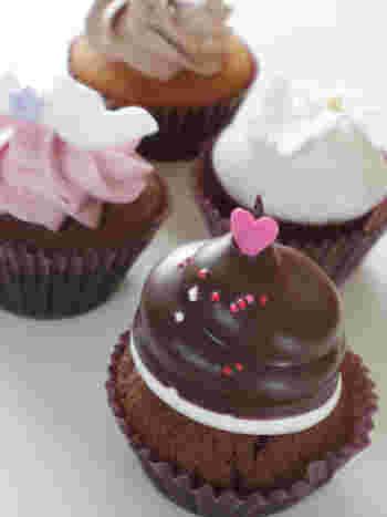おすすめは、一番人気のマシュマロ(写真手前)。とろけるチョコレートが入ったカップケーキの上に、ふわふわのマシュマロクリームをのせ、さらにチョコレートがたっぷりのっています。口の中に幸せが広がること間違いなしの一品です。