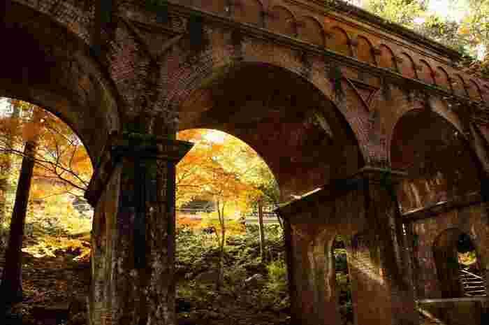 どっしりとした風格のアーチ型橋脚は、南禅寺界隈の豊かな自然風景にも溶け込んで、どこか懐かしい、詩情豊かな景観を生み出しています。南禅寺へ足を運ぶのなら、水路閣周辺も散策してみましょう。【11月下旬の水路閣】