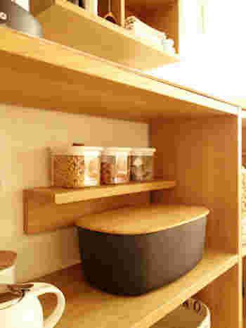 オープンラックの中に取り付けるというアイデアも!棚間が広い場合もスペースを無駄なく使うことができますね。