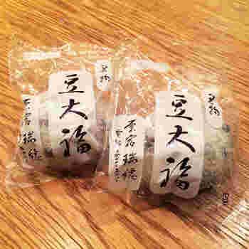瑞穂の豆大福は、ずっしりと重いのが特徴。もちもちの厚めの餅に、たっぷりのこしあんが詰まっています。餅に付いた豆の塩加減が絶妙だそう。