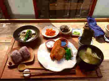ランチメニューは、むすび膳とにぎり膳。むすび膳の主菜は週替わり◎ 素材の美味しさを存分に楽しめるメニューが提供されます。その他、小鉢、おにぎり2つ、お味噌汁などが付いてボリューム満点。 月替わりの和スイーツやドリンクも人気です。どこか懐かしい店内で、まったりとた時間を過ごしてみて。