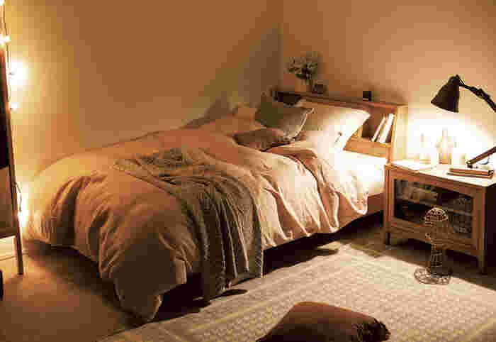 ヘッドが動かせるライトなら、読書するときには手元を照らし、眠りにつくときには光が目に入らないように光源をずらすことができます。間接照明の数で、光量も調整できるので、小さめの照明をいくつか組み合わせるようにするといいでしょう。