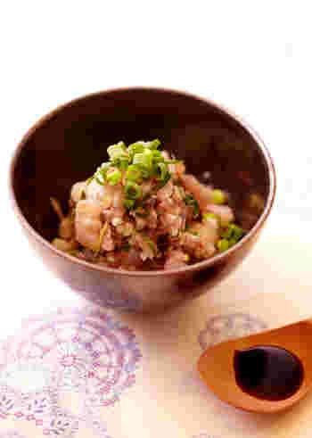 千葉県の房総半島周辺では、鯵やイワシなどの青魚のたたきを「なめろう」と呼び、郷土料理として親しんできました。新鮮な魚をさばいて味噌や生姜などの薬味と混ぜ合わせる鮮度が命のメニューなので、新鮮なものが手に入った時にぜひ試してみてくださいね。