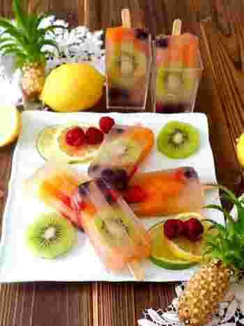 リンゴジュースにお砂糖を入れてレンジでチン、残りのリンゴジュースと溶かしたゼラチンを入れたら、お好きなフルーツをアイスバーの容器に入れて、注ぎ固めるだけで完成!見た目もフルーツが透けて見えてお洒落で可愛く夏のおもてなしにもぴったりです。 ※冷凍庫で凍らす時間は調理時間には含まれません。
