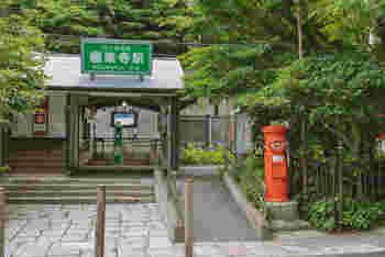 四姉妹が暮らしていたのは、鎌倉・極楽寺駅近くの古民家。  極楽寺駅は、鎌倉の大仏がある「長谷駅」のお隣の駅です。 夏には紫陽花でも有名な極楽寺は、「これぞ鎌倉」といった雰囲気の風情にあふれたお寺。実際に訪れたことがある人も多いのではないでしょうか。