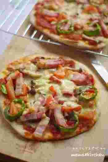 全粒粉をピザ生地に使えば、おうちでもクリスピーな薄焼きピザを作ることができます。自由な大きさで好きな具材をのせて焼けるので、おもてなしやちょっとしたおつまみにもどうぞ。