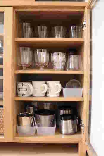 食器棚の仕切り位置が変えられるなら、置きたいグラス類に合わせて高さ調節しておくのがおすすめ。無駄なスペースができず、見た目が美しくなりますよ。