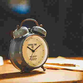 数字に縛られたくない、という人におすすめの目覚まし時計♪針の位置や感覚だけで時間を見るナチュラルさが朝のストレスを軽減してくれそうです。メンズライクなデザインで、仕事に追われた男性へのプレゼントにも良いでしょう。