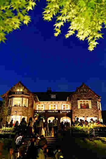 夜間にはライトアップもとても綺麗です。春と秋(10月中旬から11月)のバラ開花期に合わせて、「バラフェスティバル」というイベントも開催されます。期間中の週末に音楽会なども行われるので、夕方ころ出かけて優雅に演奏を聴きに行くのもいいですね。
