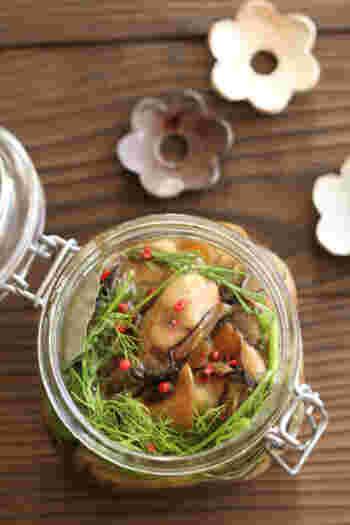 牡蠣をニンニクなどとともに炒め、おしゃれなオイル漬けに。ハーブの香りやピンクペッパーが、牡蠣のコクに爽やかさを添えます。ワインなどのおともにも。